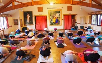 Женская группа на занятиях по сукшма вьяяма йоге